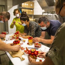 IFCAS formation corbeilles de fruits, des halles et des gourmets, en train de réaliser les corbeilles de fruits, angers, primeurs, primeurs bio, brigitte delanghe, georget delanghe, xavier renauld
