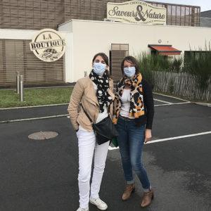 Alicia et Stéphanie devant SAVEURS ET NATURE, les chocolats